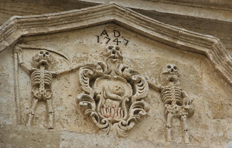 несчастная душа жарится под присмотром двух скелетов