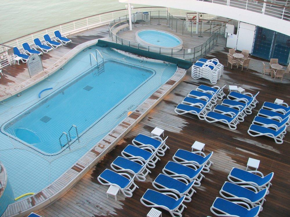 Photo terrace pool paddlig pool stern decks terrace for Terrace pool